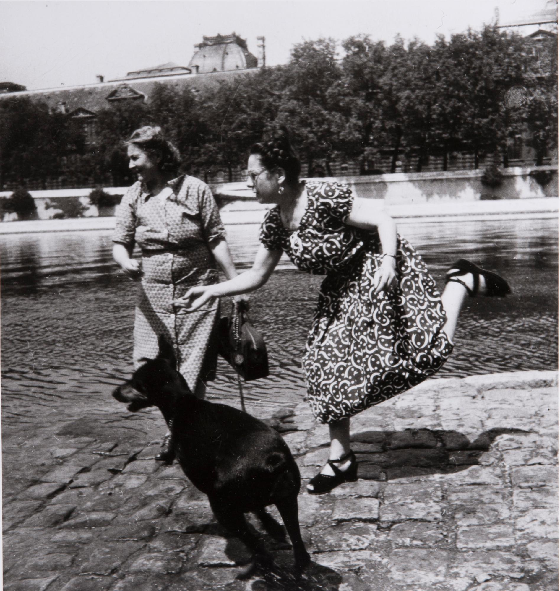 Paris (2 women, black dog)